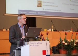 Olaf Rosenkötter macht den Synodalen KiWi schmackhaft. Foto: EKvW